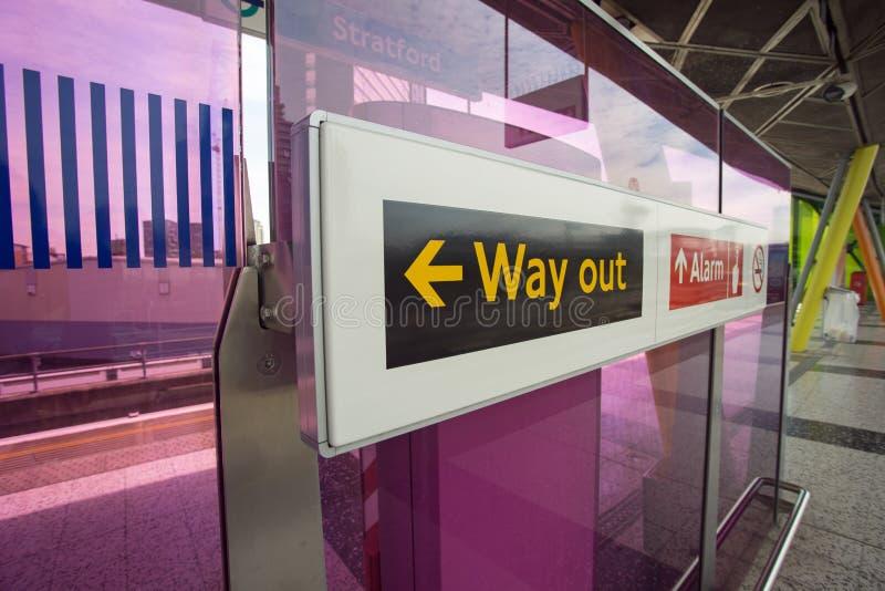 Agosto 2017, piattaforma di Stratford Train Station, segni per i viaggiatori fotografia stock libera da diritti