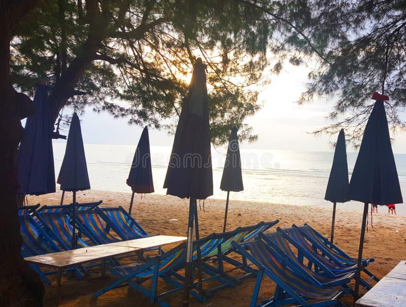 3 AGOSTO 2018: Profili la sedia di spiaggia e l'ombrello sulla spiaggia di mattina, bello fondo di vista del mare a Cha-sono, la  immagini stock