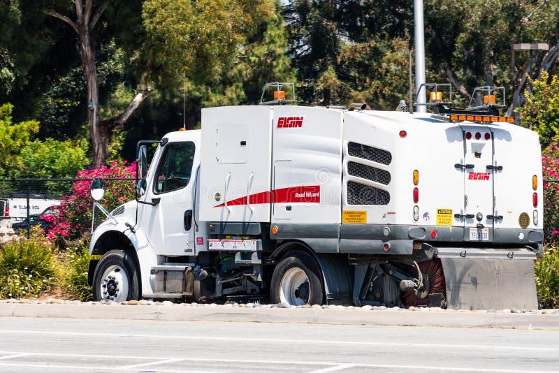 6 agosto 2019 Santa Clara/CA/U.S.A. - Elgin Street che spazzano macchina che funziona nell'area di San Francisco Bay del sud immagine stock libera da diritti
