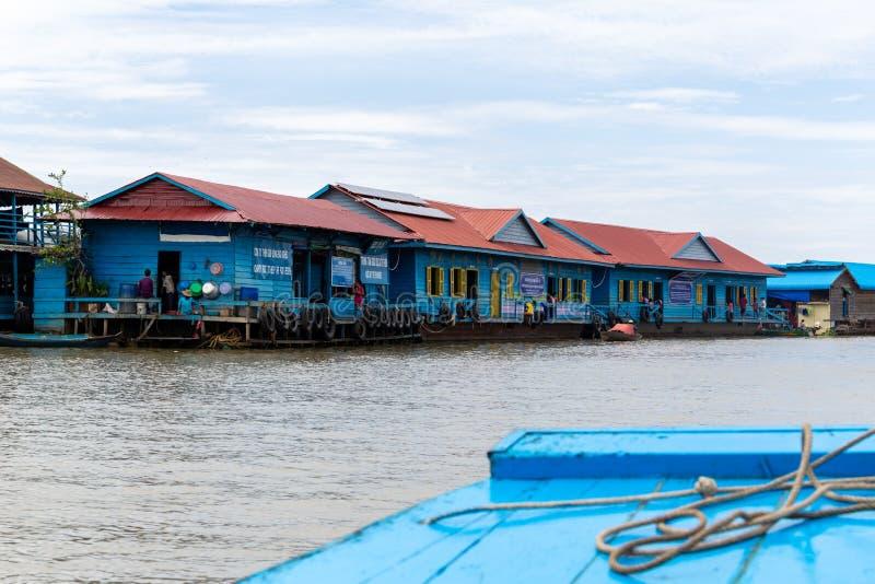 Agosto: 29: 2018 - SIEM REAP, CAMBOGIA - scuole per i bambini in villaggio di galleggiamento sul lago sap di Tonle Siem Reap Camb fotografia stock
