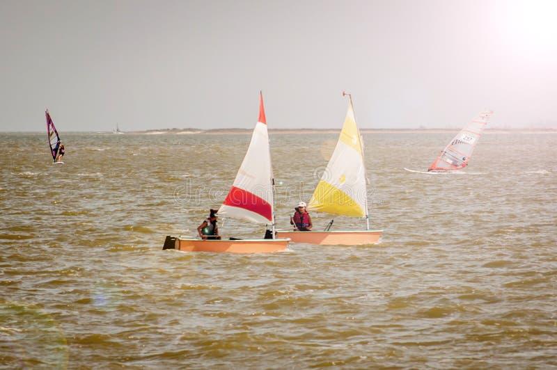 18 agosto 2018, Yeisk, Russia Estuario di viaggio del mare di Azov del throuh di due barche a vela variopinte immagini stock