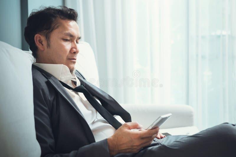 Agotado, cansado de conceptos con exceso de trabajo Hombre de negocios en s gris imágenes de archivo libres de regalías