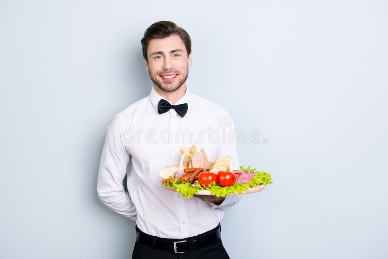 Agréables gais avec shinny le serveur de sourire vêtu dans l'uniforme sont image libre de droits