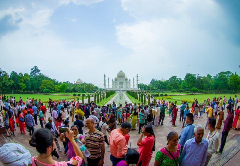Agra, Índia - 20 de setembro de 2017: O pessoa não identificado que anda e que aprecia Taj Mahal bonito, é um marfim-branco imagem de stock