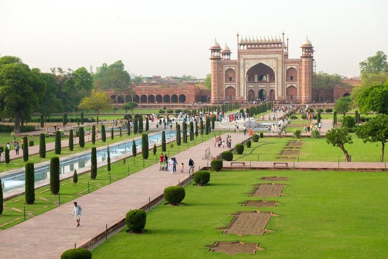 Agra, Ινδία - 30 Απριλίου 2017: Άνθρωποι που περπατούν σε Taj Mahal ` s wes στοκ φωτογραφίες