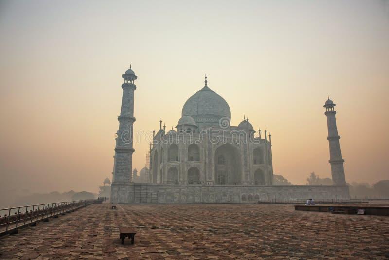 Agra, Inde Complexe de marbre blanc de Taj Mahal avec des minarets et le wa photos stock
