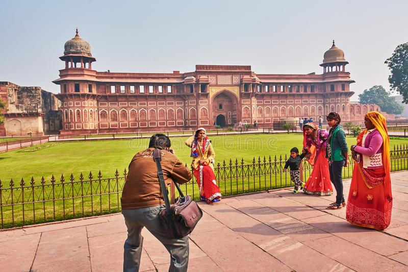 AGRA, INDIA – 2016-12-23: group of indian people dressed traditionnaly takes pictures in front of red fort royalty free stock photos