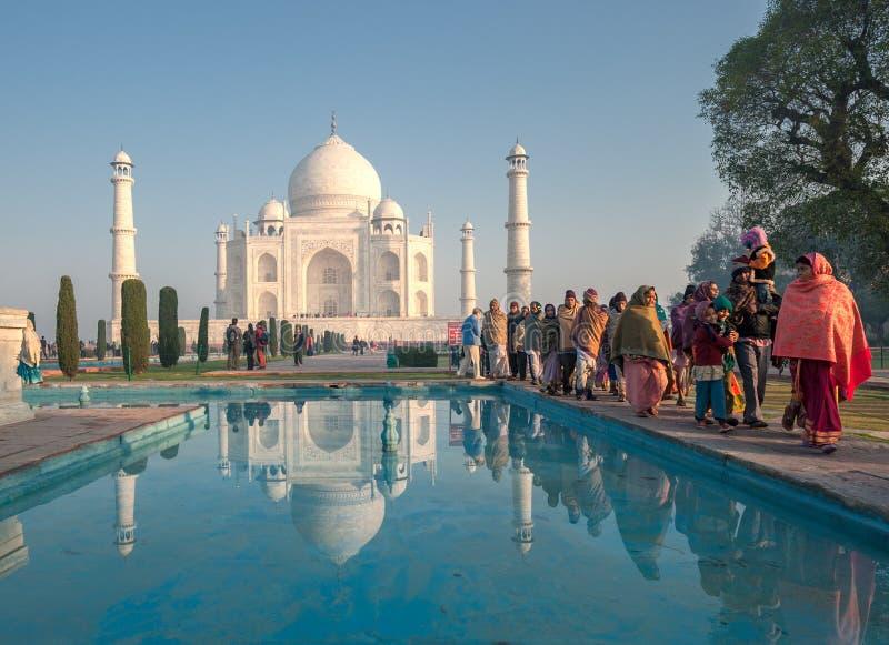 AGRA, INDIA - Januari, 29: Indische mensen in Taj Mahal op Januari stock foto