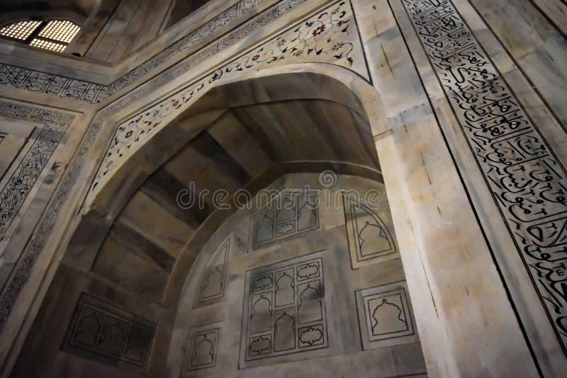 AGRA INDIA, LISTOPAD, - 8, 2017: Wnętrze mauzoleum Taj Mahal w Agra, India obrazy stock