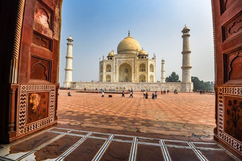 AGRA, INDIA - 8 NOVEMBRE 2017: Punto di vista scenico di Taj Mahal dalla moschea a Agra, India immagini stock