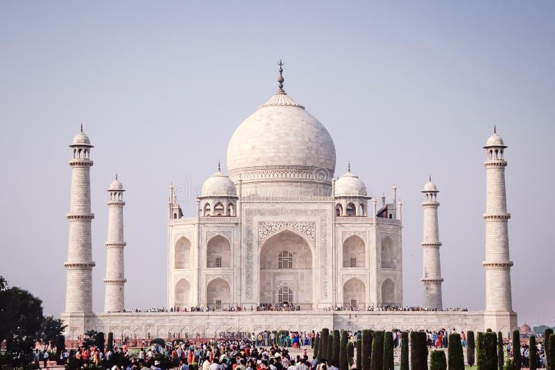AGRA, INDIA, PAŹDZIERNIK 27: Ludzie czeka widzieć Taj Mahal, Unesco zdjęcie royalty free