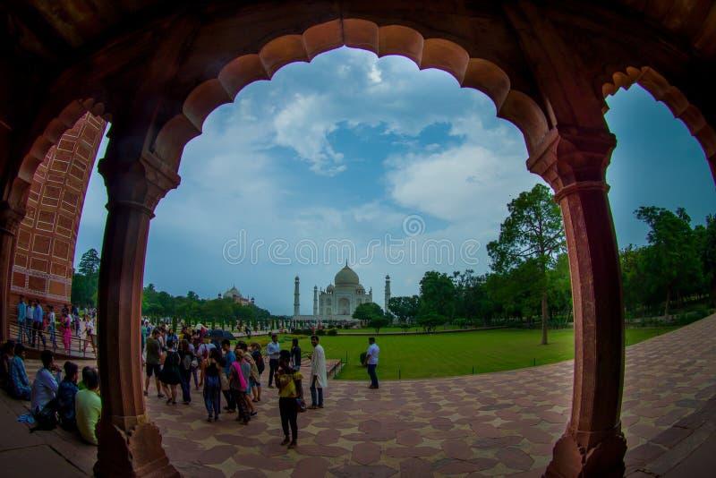 Agra, Indien - 20. September 2017: Menge von den Leuten, die am Freien mit einer schönen Ansicht Taj Mahals durch a gehen lizenzfreie stockfotos
