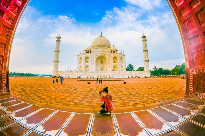 Agra, Indien - 20. September 2017: Nicht identifizierte Frau, die im Boden sitzt und die schöne Ansicht des Taj genießt lizenzfreie stockfotografie