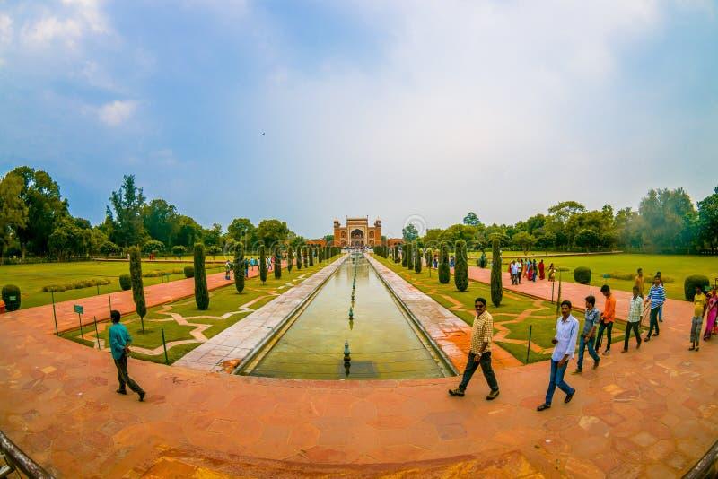 Agra, Indien - 20. September 2017: Nicht identifizierte Leute, die in Garten nahe Darwaza-i-Rauza in Chowk-i Jilo Khana an gehen lizenzfreie stockbilder
