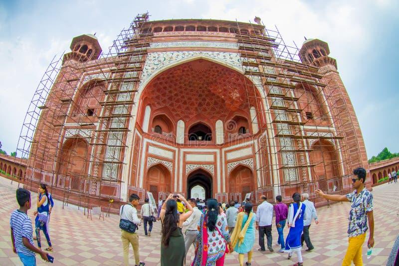 Agra, Indien - 20. September 2017: Nicht identifizierte Leute am großen Tor, Darwaza-irauza, Haupteingang zum Grab lizenzfreie stockbilder