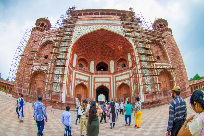 Agra, Indien - 20. September 2017: Nicht identifizierte Leute am großen Tor, Darwaza-irauza, Haupteingang zum Grab lizenzfreie stockfotografie