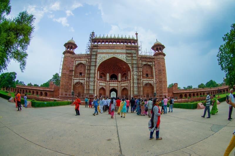 Agra Indien - September 20, 2017: Oidentifierat folk på den stora porten, Darwaza-i rauza, huvudsaklig ingång till gravvalvet royaltyfri fotografi