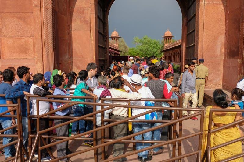 Agra, la India - 29 de abril de 2017: Muchedumbre de gente india que espera adentro imagenes de archivo