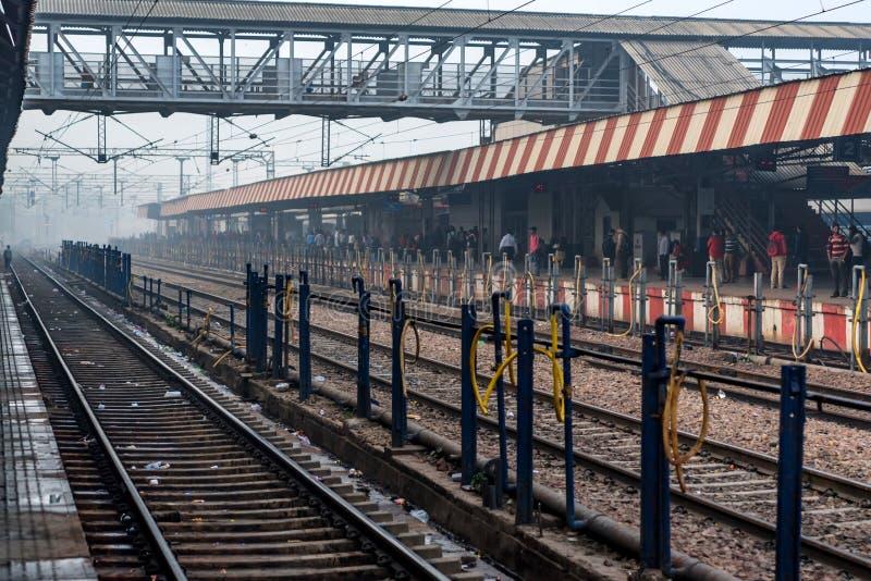 AGRA, LA INDIA - 9 DE NOVIEMBRE DE 2017: Gente en la estación de tren en Agra, la India foto de archivo libre de regalías