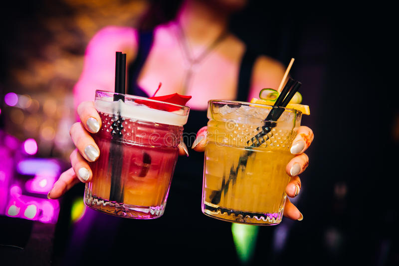 Agradável colorido dos cocktail servido com bokeh bonito imagens de stock royalty free