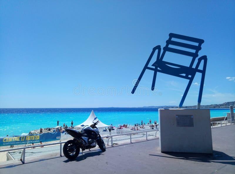 Agradável/França - 25 de julho de 2017: O monumento de uma cadeira do metal fotografia de stock