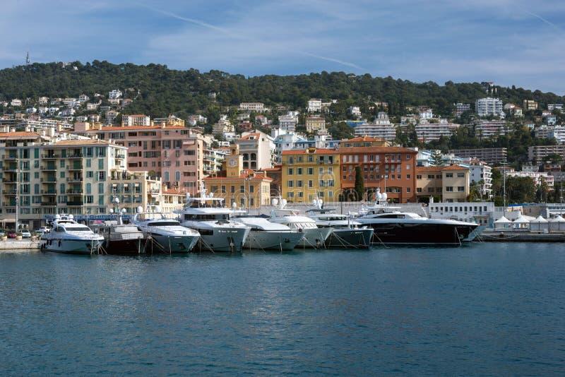 Agradável, França, em março de 2019 Mar dos azuis celestes, iate, farol Portuário e estacionamento de iate privados em agradável  imagens de stock royalty free