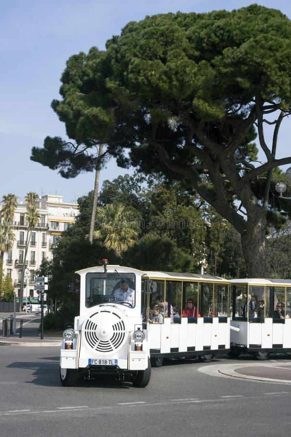 Agradável, França, em março de 2019 O trem sightseeing branco traz turistas ao longo da terraplenagem inglesa da cidade francesa  fotografia de stock