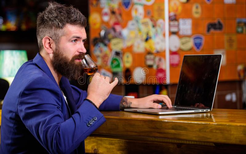 Agradável relaxe o homem de negócios bem sucedido Comemore o sucesso Álcool da bebida surfar de Internet do homem de negócios Hom imagens de stock royalty free