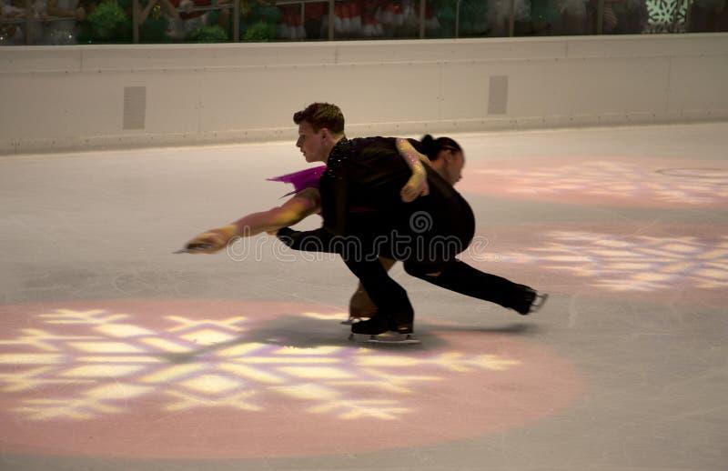 Agradable demostración los pares del patinaje artístico en el Galleria 2017 del día de fiesta foto de archivo