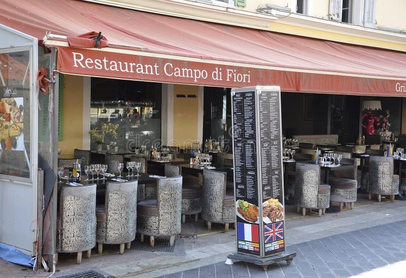 Agradable, el 4 de septiembre: Restaurante famoso en el mercado de Cours Saleya de la ciudad vieja Niza de Francia fotografía de archivo