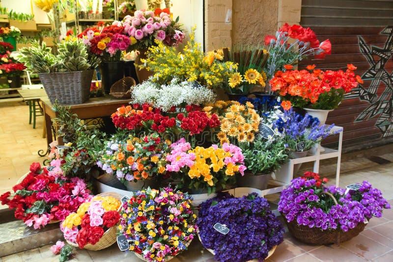 Agradable - flores en el mercado callejero imagenes de archivo