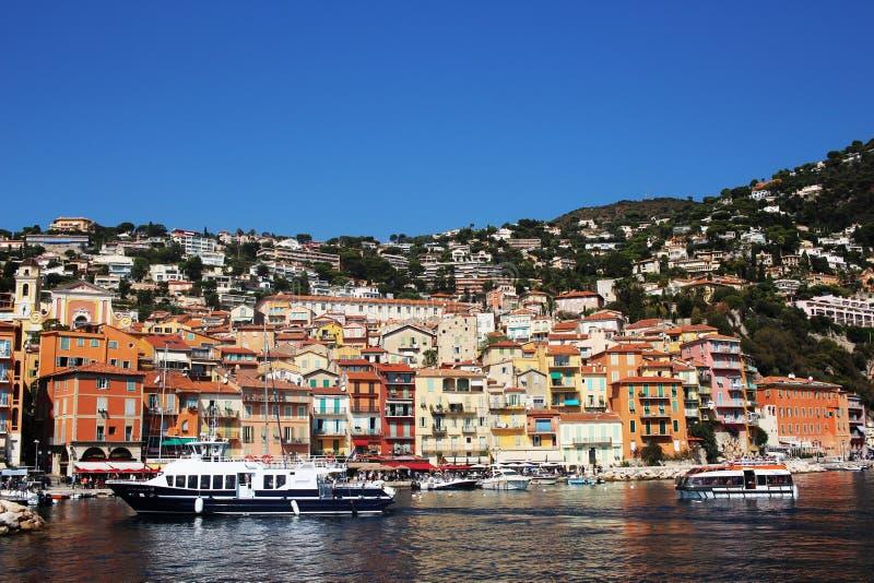 AGRADABLE, FRANCIA - CIRCA 2016: El puerto de Villefranche en Niza, ésta es un puerto popular del barco de cruceros imágenes de archivo libres de regalías