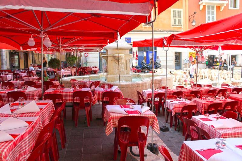Agradable, Francia - 6 de agosto de 2013: El restaurante en la ciudad vieja en Niza, Francia fotos de archivo libres de regalías