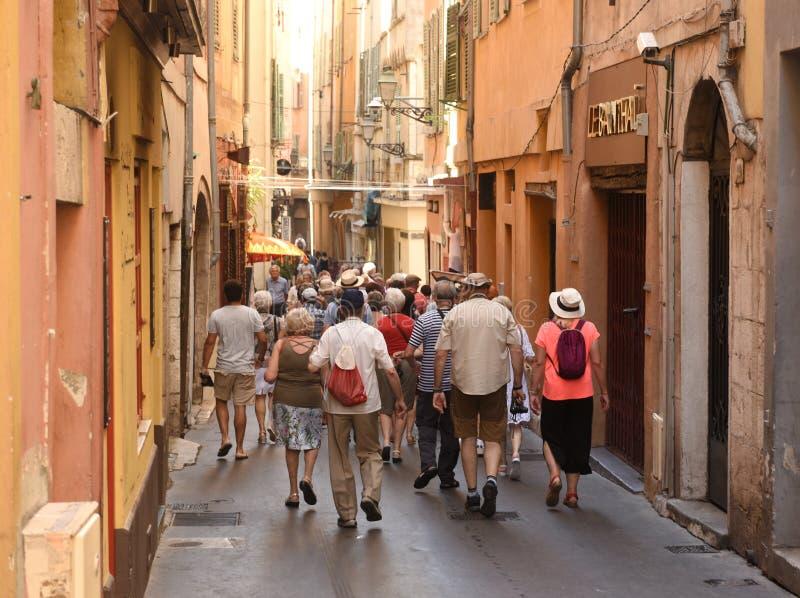 Agradable, Francia - 19 de junio de 2019: Muchedumbres de turistas en el centro del agradable foto de archivo libre de regalías