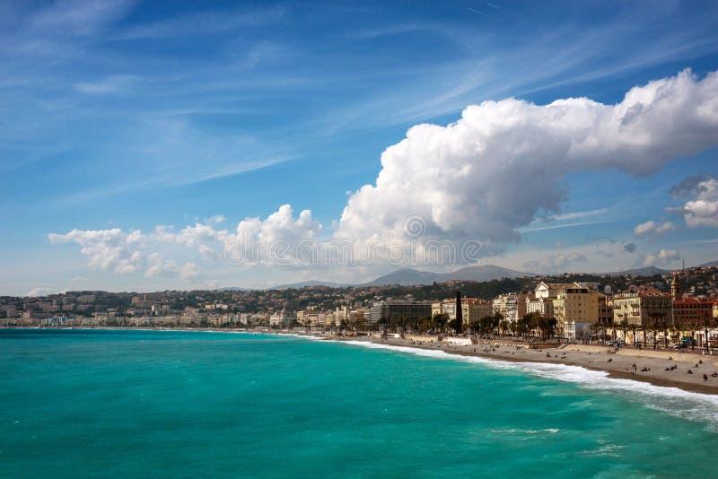 Agradable, Francia, marzo de 2019 Panorama Mar azul, ondas, 'promenade' inglesa y reclinaci?n de la gente Descanso y relajaci?n p fotos de archivo libres de regalías