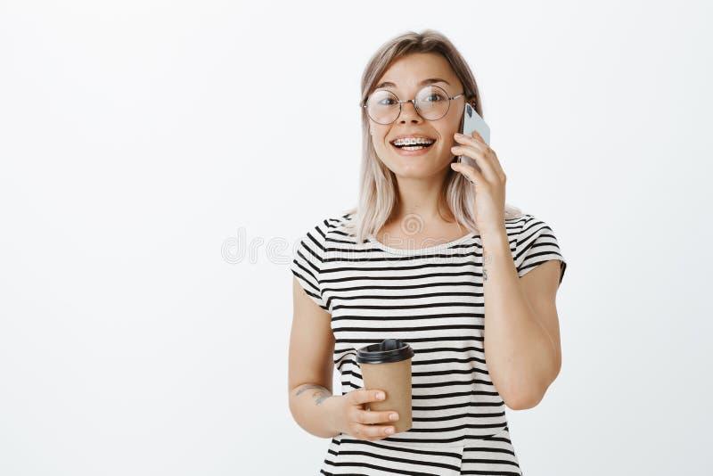 Agradable oírle, gracias por llamada Retrato de la muchacha urbana apuesta del inconformista en vidrios redondos y t rayado de mo imagen de archivo