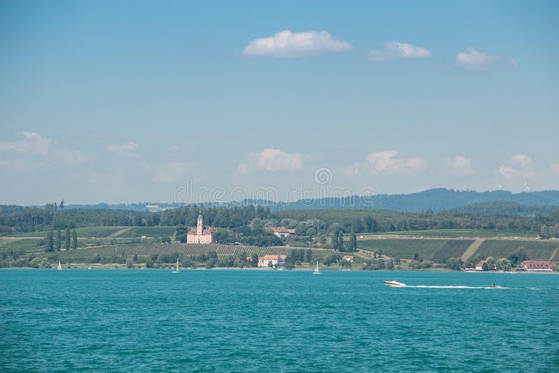 Agradable poco barco en un lago cerca de la costa imagen de archivo