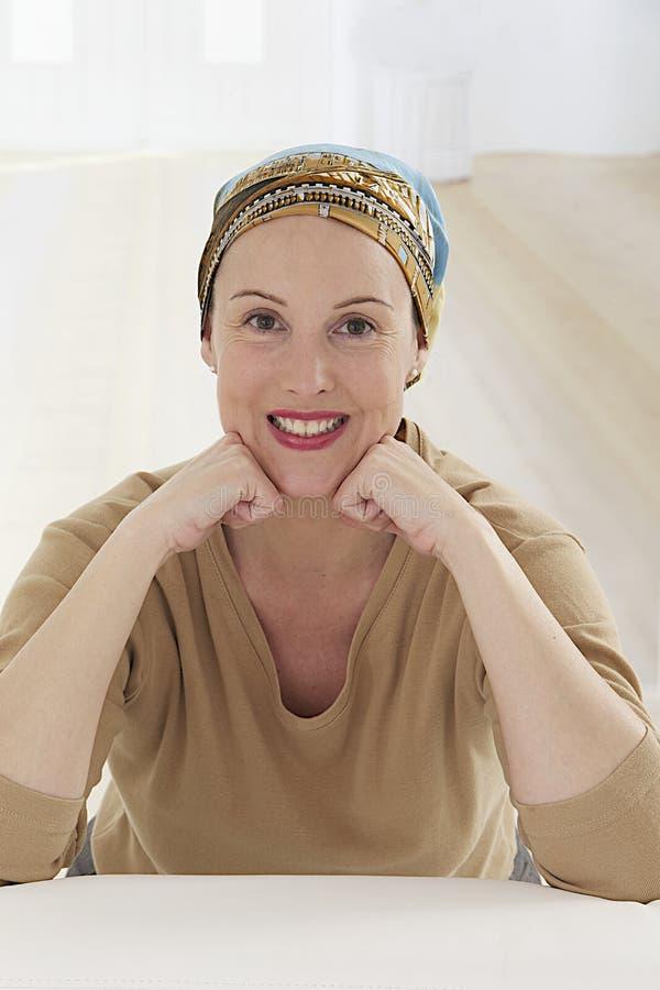 Agradable relaje el pañuelo que lleva de la mujer imagen de archivo