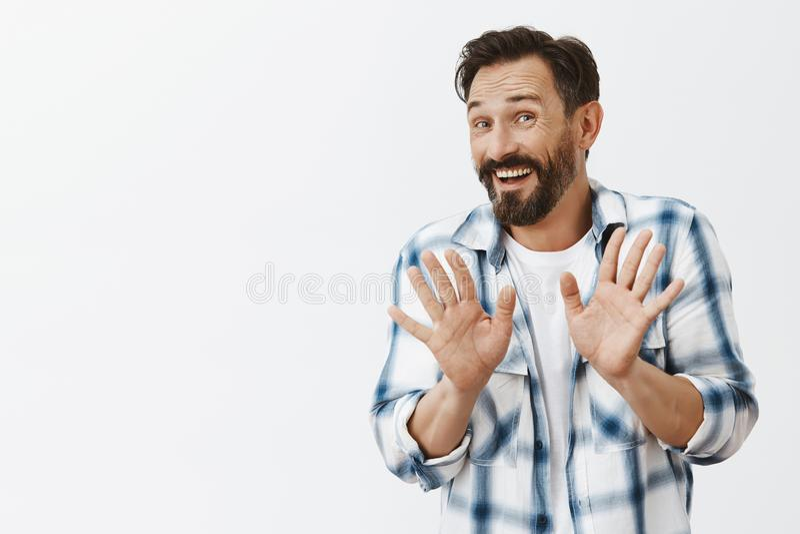 Agradecimentos eu sou muito bem Oferta de rejeição masculina madura bonita polida nervosa do desconhecido com expressão amigável, foto de stock