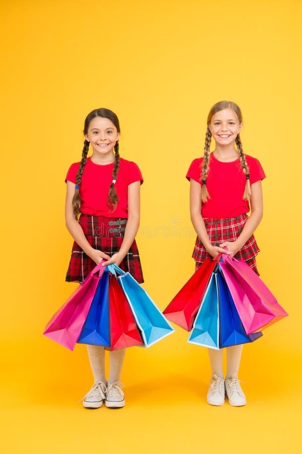 Agradecimentos para sua compra Meninas que shoping crianças felizes com sacos de compras Compra bem sucedida Vendas grandes escol fotografia de stock royalty free