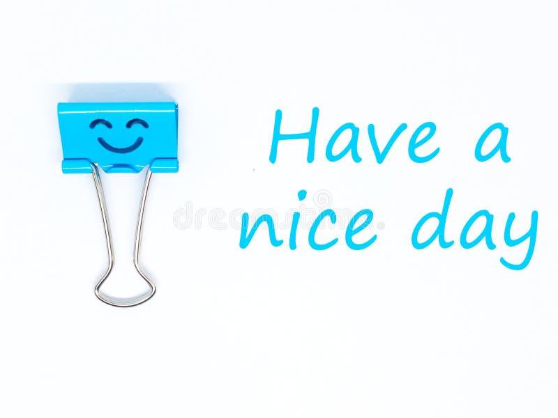 Agrafe bleue de bureau avec un sourire et un souhait pendant un beau jour images libres de droits
