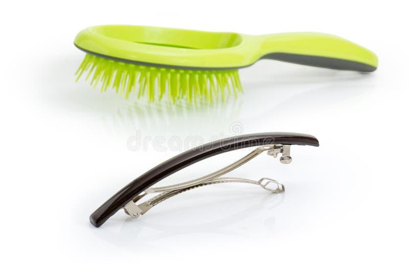 Agrafe de cheveux française de barrette sur un fond brouillé de brosse à cheveux photos libres de droits