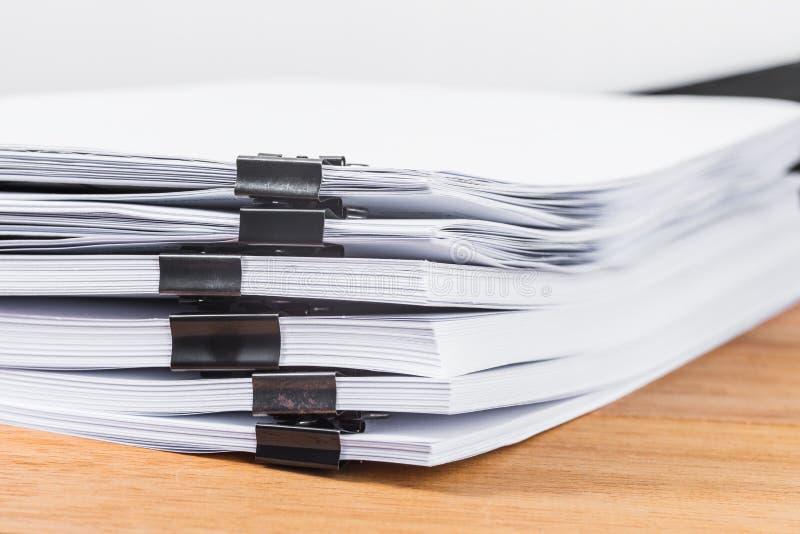 Agrafe en gros plan de reliure pinçant des papiers de pile image stock