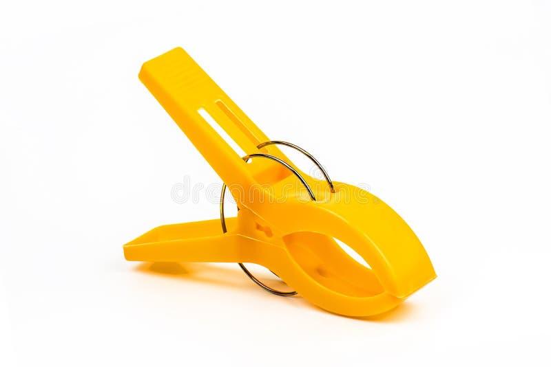 Agrafes en plastique jaunes d'isolement photographie stock libre de droits