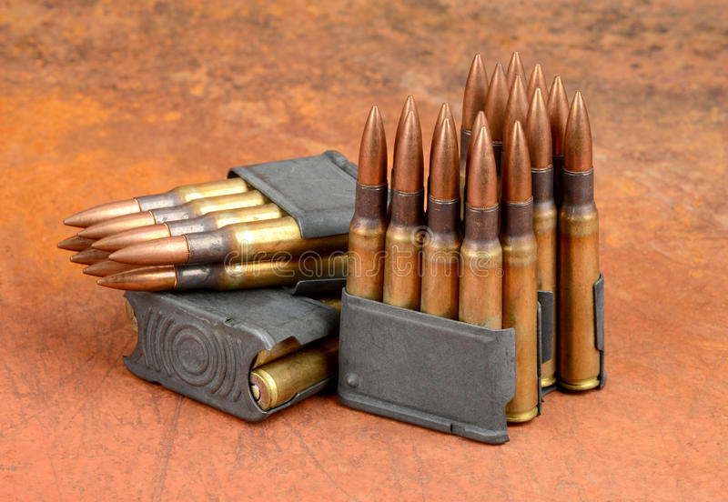 Agrafes M1 et munitions photographie stock