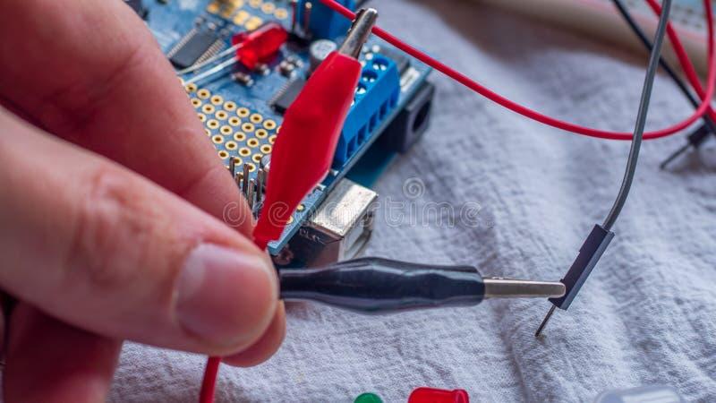 Agrafes utilisées dans des constructions de mirocontroller pour relier temporairement des composants photo libre de droits