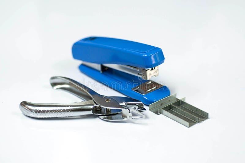 Agrafeuse bleue avec les fils d'agrafes et le solvant d'agrafeuse sur le CCB blanc images stock