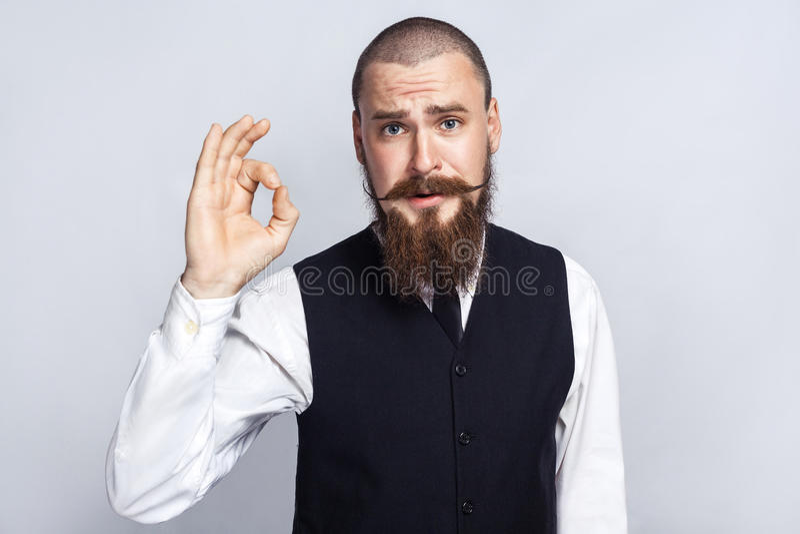 agree Przystojny biznesmen patrzeje kamerę z Ok znakiem z brody i handlebar wąsy zdjęcie stock