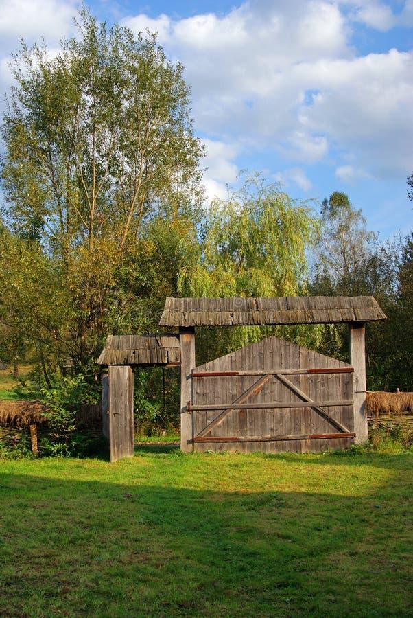 Agregado familiar com porta de madeira imagens de stock royalty free