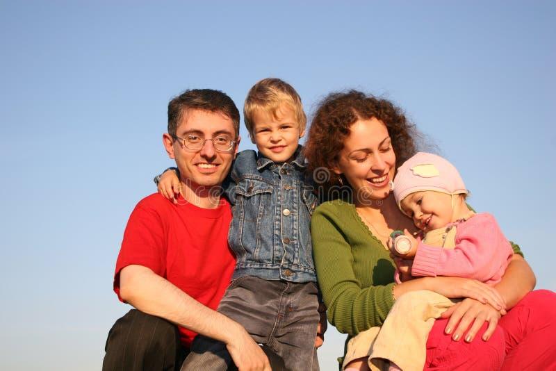 Agregado familiar com quatro membros fotos de stock